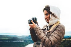 De fotograafreiziger op groene bovenkant op berg, toerist het kijken geniet aard van panoramisch landschap in reis, meisjesholdin stock afbeelding