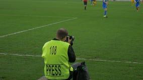 De fotograafspruiten tijdens een voetbalgelijke stock video