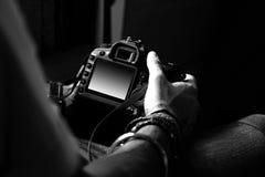De fotografen overhandigen stock foto's
