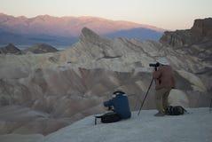 De fotografen schieten zonsopgang in Doodsvallei, CA stock afbeeldingen