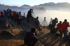 De fotografen wacht zonsopgang Stock Foto's