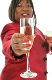 De Fotografie van de voorraad: De mooie Vrouw die van 29 Éénjarigen Champagn aanbiedt Stock Foto