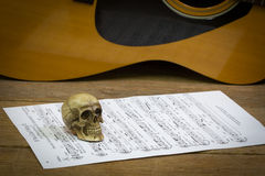 De fotografieconcept van de stillevenkunst met schedel en gitaar Royalty-vrije Stock Foto's