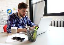 De fotojongelui en talente financiert manager het werken met nieuw project Knappe mens die van zijn huisbureau werken analyseer stock fotografie
