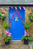 De fotovertoning van koningin Elizabeth op een blauwe deur Stock Foto's