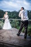 De fotozitting van de bruid en van de bruidegom Stock Foto