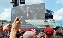 De foule drapeaux de vague avec enthousiasme Place de Krasinski Photographie stock