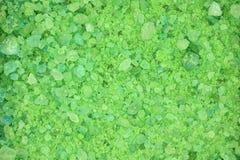 De fragmentatie van de zoute kristallen groene achtergrond royalty-vrije stock foto