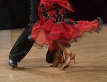 De fragmentfoto van flamencodansers, slechts benen bebouwde, Spaanse paso dubbele dansers, Stock Afbeeldingen