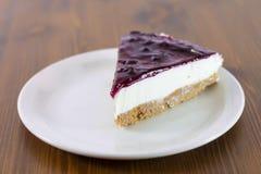 De framboos cheesecakeen lijst royalty-vrije stock afbeelding