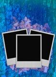 De frames van de foto op blauwe ruwe achtergrond stock fotografie