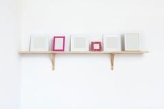 De frames van de foto op een plank royalty-vrije stock fotografie