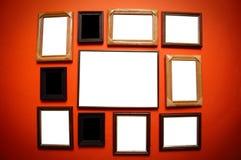 De frames van de kunst op rode muur Royalty-vrije Stock Afbeelding