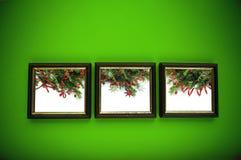 De frames van Kerstmis op groene muur Royalty-vrije Stock Afbeeldingen