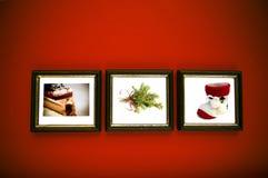 De frames van Kerstmis op rode muur Stock Afbeeldingen