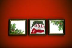 De frames van Kerstmis op rode muur Stock Fotografie