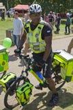 de france turnerar Ambulansservicecyklister i gräsplan parkerar, nära Buckingham Palace Royaltyfri Foto