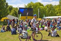 de france turnerar Folkmassan som väntar på cyklister i gräsplan, parkerar, nära Buckingham Palace Royaltyfri Foto