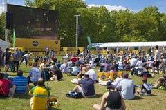 de france turnerar Folkmassan som väntar på cyklister i gräsplan, parkerar, nära Buckingham Palace Arkivfoto