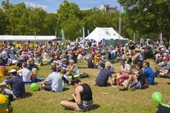 de france turnerar Folkmassan som väntar på cyklister i gräsplan, parkerar, nära Buckingham Palace Royaltyfri Fotografi