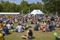 de france turnerar Folkmassan som väntar på cyklister i gräsplan, parkerar, nära Buckingham Palace Royaltyfria Bilder