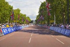 de france turnerar Folkmassan som väntar på cyklister i gräsplan, parkerar, nära Buckingham Palace Arkivbild
