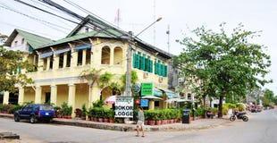 De frans-stijlbouw bij Kampot-stad, Kambodja stock fotografie