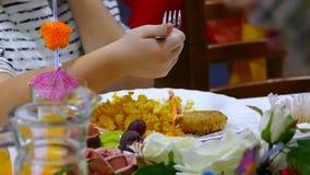 De Franse aardappelgebraden gerechten en het plaatlapje vlees met persoonskoffie eten in restaurant stock footage