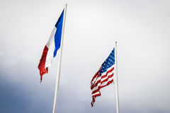 De Franse en vlaggen die van de V.S. bij het Strand van Utah, Normandië vliegen Royalty-vrije Stock Afbeeldingen