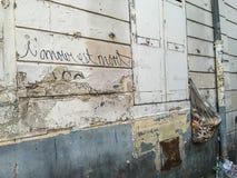 De Franse graffiti op sjofele muur zegt ' De liefde is dead' Stock Fotografie
