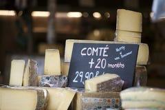 De Franse kaas Comte op een houten dienblad royalty-vrije stock afbeeldingen