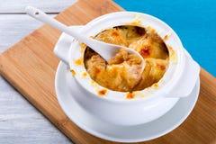 De Franse soep van de uigratin in een witte pot, close-up royalty-vrije stock afbeeldingen