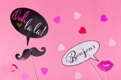 De Franse steunen van de themafoto - lippen, snorren en harten op de roze achtergrond van de Valentijnskaartendag Stock Afbeelding