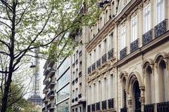 De Franse straat van Parijs met de Toren van Eiffel in perspectief trought bomen, prentbriefkaarmening Stock Afbeeldingen