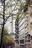 De Franse straat van Parijs met de Toren van Eiffel in perspectief trought bomen, prentbriefkaarmening Royalty-vrije Stock Foto's