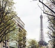 De Franse straat van Parijs met de Toren van Eiffel in perspectief trought tre Royalty-vrije Stock Afbeeldingen