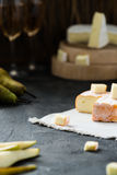 De Franse zachte kaas van het gebied en de Brie van Bretagne sneed, met peer, glazen witte wijn Stock Fotografie