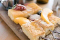 De Fransen roosteren aardbeien en gietende honing met vanille ic Stock Foto's