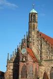 De Frauenkirchekerk met de beroemde klok met zich het bewegen stelt Mannleinlaufen in Nuremberg, Duitsland voor stock afbeeldingen