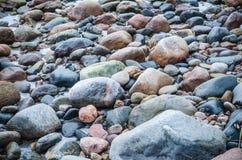 De freezed stenarna på kust av det baltiska havet Arkivfoto