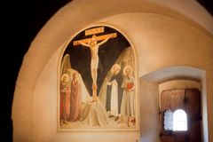 De fresko met Kruisiging maakte in 15de eeuw, in Museum van San Marco, vroeger klooster van Dominicanen stock afbeeldingen