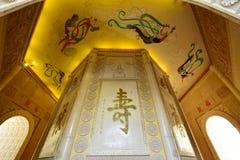 De fresko, scripture en het snijden in de pagode stock foto's
