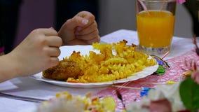 De frieten en de lapje vleesaardappel op plaat met persoonskoffie eten in restaurant stock videobeelden