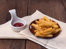 De frieten worden geplaatst in een kop Royalty-vrije Stock Foto