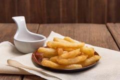 De frieten worden geplaatst in een kop Royalty-vrije Stock Foto's