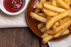De frieten worden geplaatst in een kop Royalty-vrije Stock Afbeeldingen
