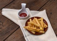 De frieten worden geplaatst in een kop Stock Afbeelding
