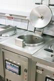 De frituurpan haalt binnen keuken weg stock afbeeldingen