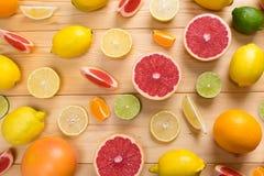 De de de fruitkalk, citroen, en grapefruit met vitamine C hakten, liggen op een houten achtergrond royalty-vrije stock foto's