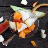 De fruitsalade van de Topviewmeloen stock afbeelding